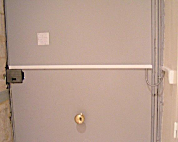 Porte à mécanisme d'ouverture électrique